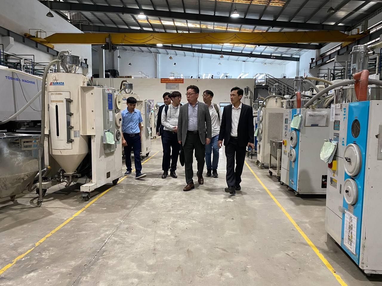 Khách hàng tham quan phân xưởng sản xuất nhựa